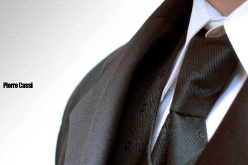 takim-elbise-siyah-kravat-beyaz-gomlek